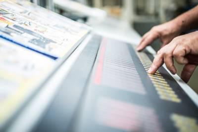Leitstand einer Rollenoffset-Druckmaschine in der Druckproduktion